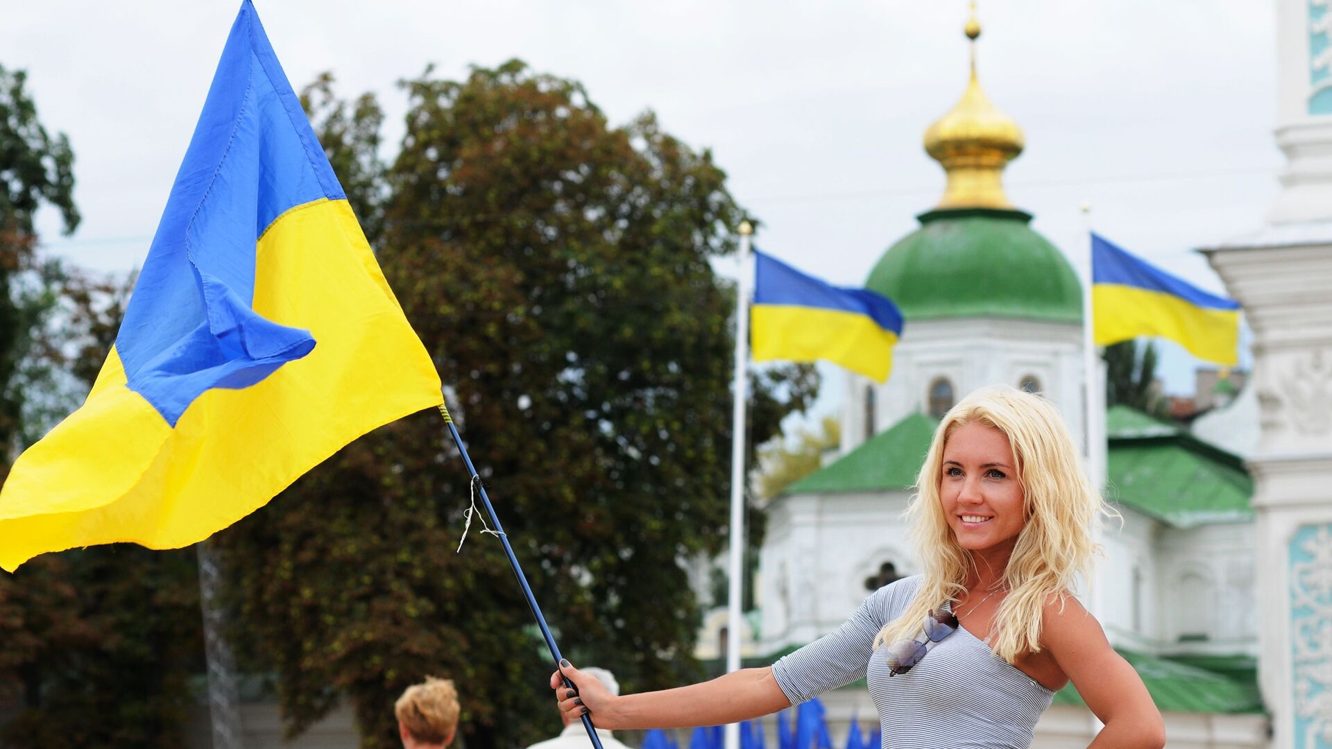 Девушка с украинским флагом - Sputnik Латвия, 1920, 29.07.2021