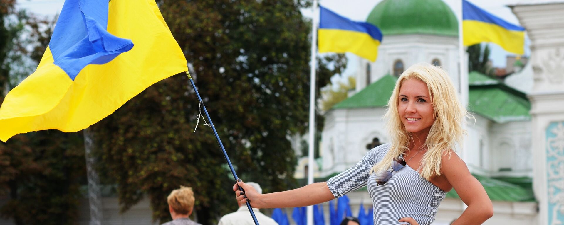 Участница VI фестиваля Парад вышиванок-2014 во время празднования Дня Независимости в Киеве. - Sputnik Латвия, 1920, 02.04.2021