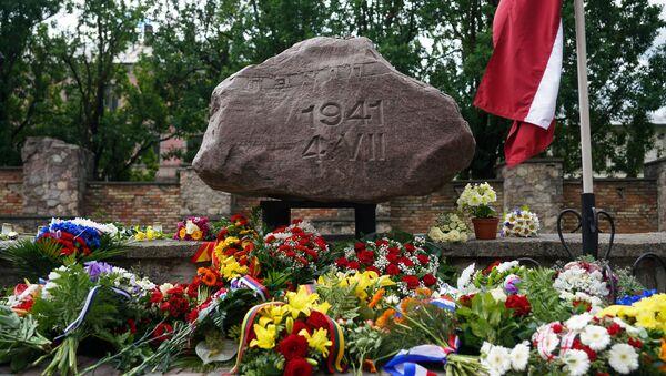 Траурное мероприятие у стен сгоревшей Рижской хоральной синагоги в День памяти жертв геноцида еврейского народа - Sputnik Latvija
