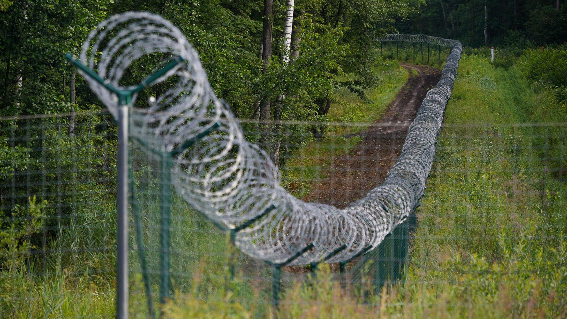Забор на границе Латвии и России - Sputnik Латвия, 1920, 03.09.2021
