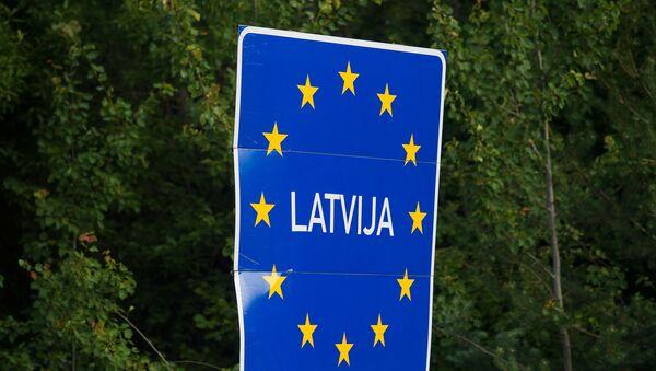 Дорожный знак на въезде в Латвию - Sputnik Латвия
