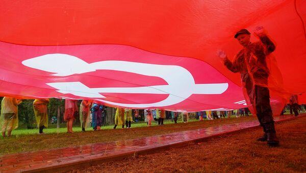 На российской стороне растянули огромное знамя Победы - Sputnik Латвия