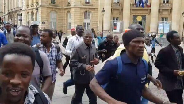 Протест черных жилетов: мигранты ворвались в здание Пантеона в Париже - Sputnik Латвия