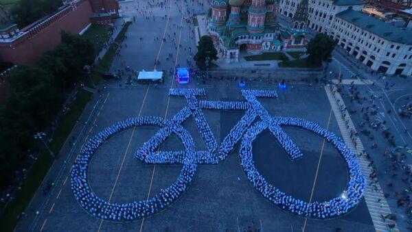Москвичи мировым рекордом отметились в любви к велосипеду - видео - Sputnik Латвия