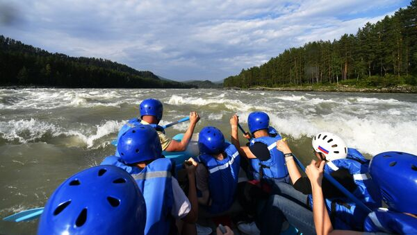 Туристы сплавляются по реке Катунь в Алтайском крае - Sputnik Латвия