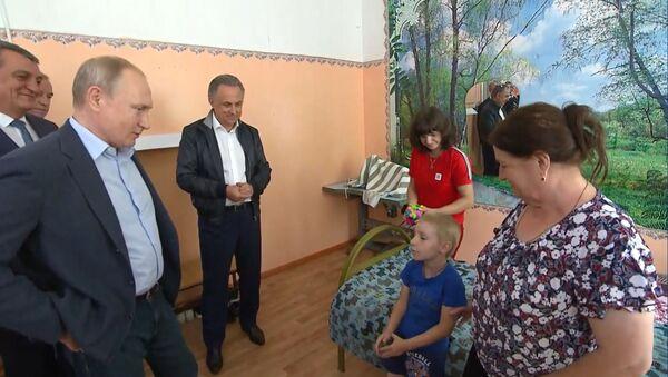 Вы Путин? Президент РФ встретился с пострадавшими от иркутского паводка - Sputnik Латвия