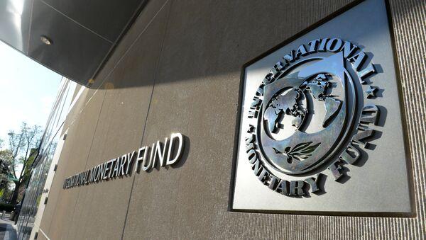 Табличка с логотипом Международного валютного фонда на стене здания МВФ - Sputnik Latvija