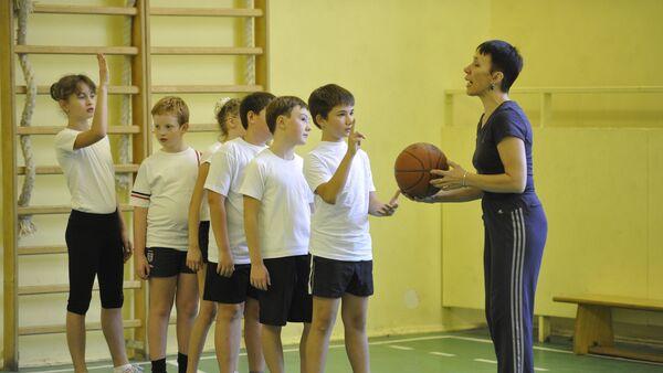 Урок физкультуры в общеобразовательной школе - Sputnik Latvija
