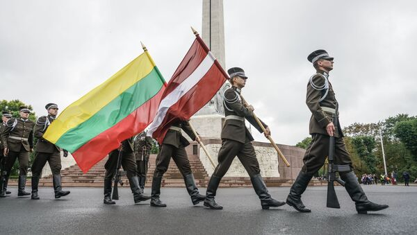 Флаги Литвы и Латвии у памятника Свободы в Риге - Sputnik Latvija