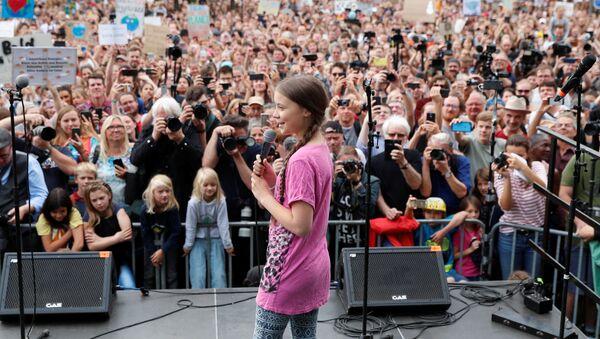Шведская активистка Грета Тунберг во время акции Пятницы ради будущего в Берлине. 19 июля 2019 - Sputnik Латвия
