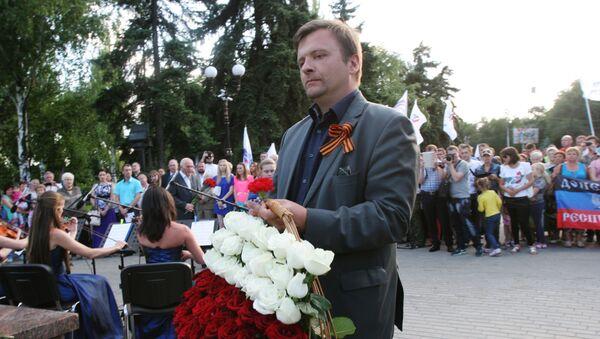 Матеуш Пискорский возлагает цветы к памятнику Жертвам фашизма - Sputnik Латвия