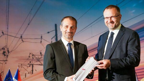 Руководители Skoda Vagonka с подписанным договором - Sputnik Латвия