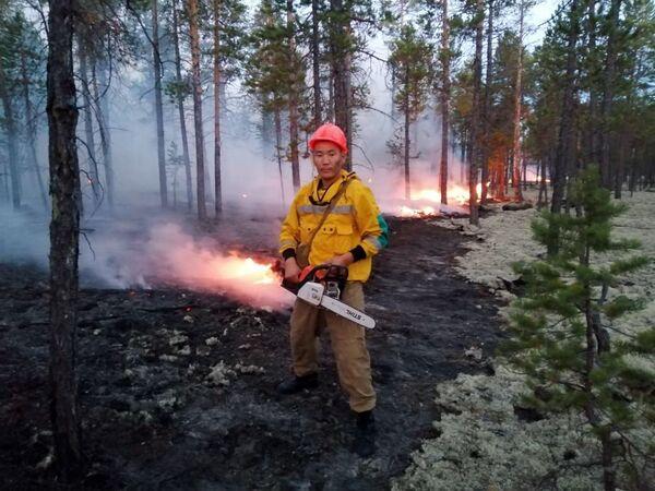 Сотрудники Министерства охраны природы Якутии борются с природными пожарами в Якутии - Sputnik Латвия