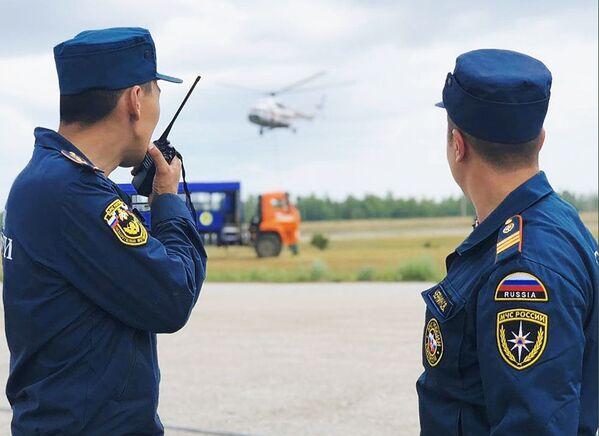 Сотрудники МЧС РФ прибыли для ликвидации лесных пожаров в Якутии - Sputnik Латвия