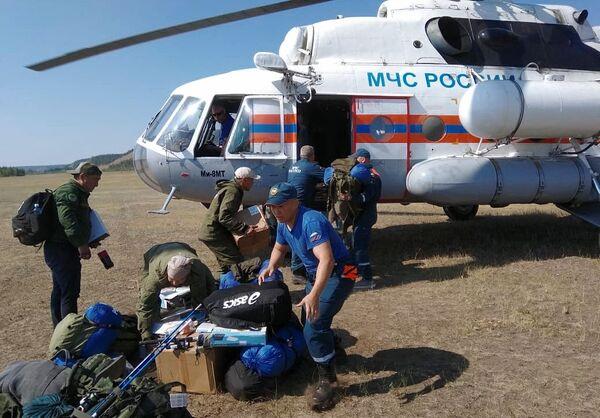 Сотрудники МЧС РФ разгружают специальную технику для тушения лесных пожаров в Якутии - Sputnik Латвия