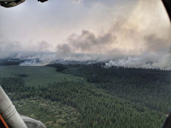 Дым над территорией лесных пожаров в Верхоянском районе Республики Саха - Якутия - Sputnik Латвия