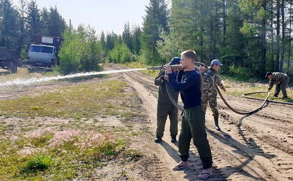 Сотрудники МЧС РФ ведут работу по устранению лесных пожаров в Якутии - Sputnik Латвия