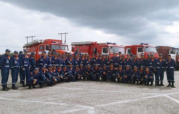 Сотрудники противопожарной службы МЧС РФ прибыли для ликвидации лесных пожаров в Якутии - Sputnik Латвия