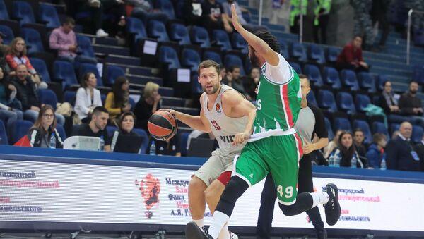 Баскетболист Янис Стрелниекс (с мячом), архивное фото - Sputnik Латвия