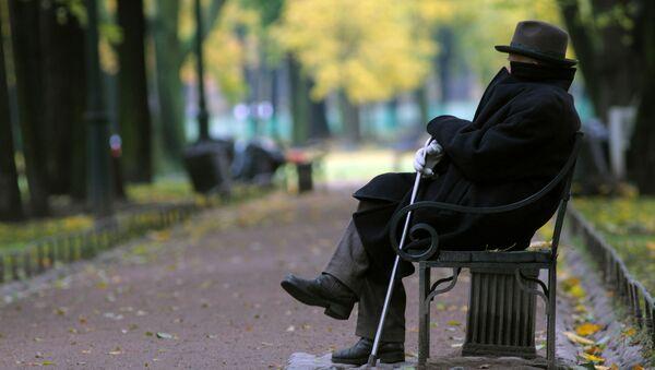 Пенсионер в парке - Sputnik Латвия
