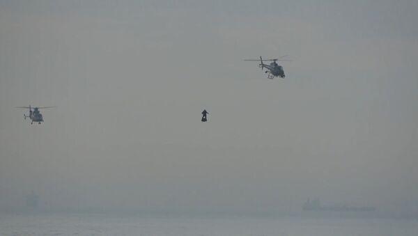Быстрее урагана: летающий человек над Ла-Маншем - видео - Sputnik Латвия