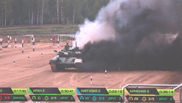 Танк с дымком: иранская машина горела  на Танковом биатлоне - видео - Sputnik Латвия