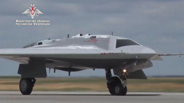 Первый полет новейшего беспилотного летательного аппарата Охотник - Sputnik Latvija