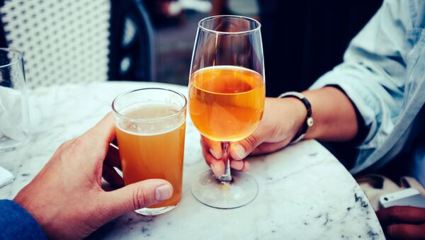 Пиво в бокалах, архивное фото - Sputnik Latvija