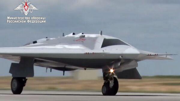 Первый полет новейшего беспилотника Охотник - Sputnik Латвия