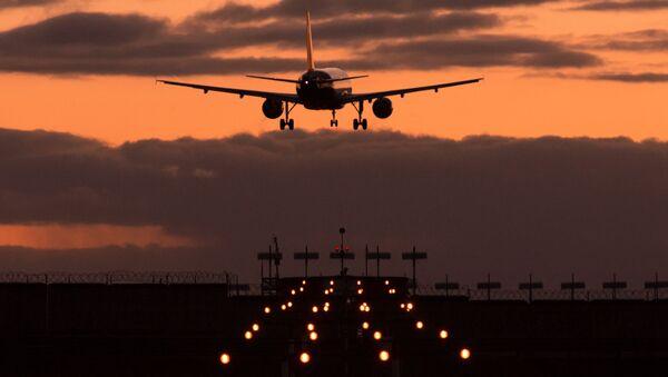 Самолет Airbus A320 авиакомпании Аэрофлот заходит на посадку в международном аэропорту Шереметьево, 2014 год - Sputnik Латвия