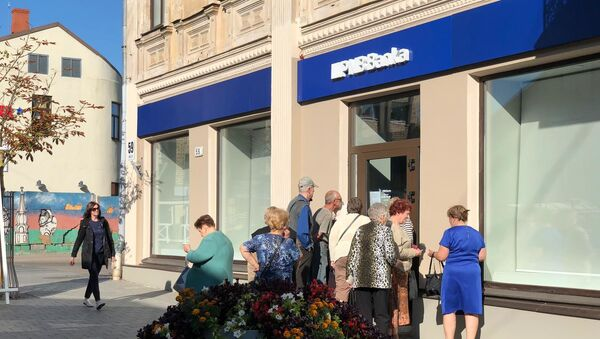 Очередь возле филиала PNB Banka в Даугавпилсе - Sputnik Latvija