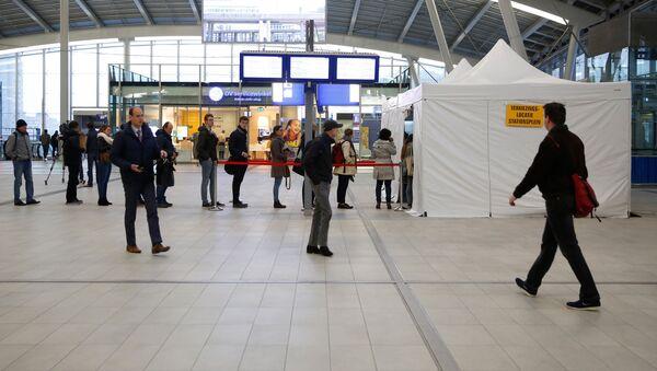 Очередь в палатку для голосования на Центральном вокзале Утрехта - Sputnik Латвия