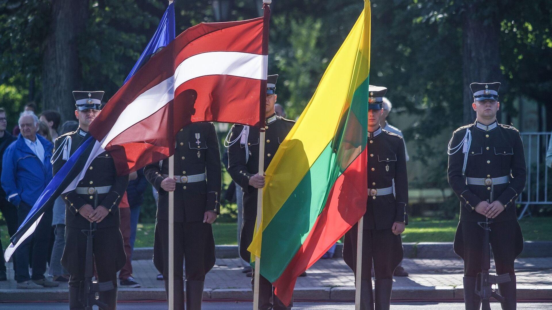 Почетный караул с флагами Эстонии, Латвии и Литвы - Sputnik Латвия, 1920, 22.09.2021