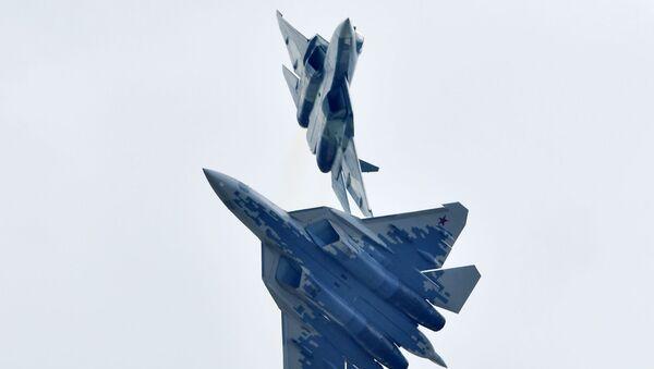Российские многофункциональные истребители пятого поколения Су-57 выполняют демонстрационный полет на авиационно-космическом салоне МАКС-2019  - Sputnik Latvija