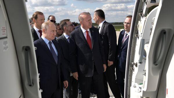 Президент РФ Владимир Путин и президент Турции Реджеп Тайип Эрдоган во время осмотра экспозиции Международного авиакосмического салона МАКС-2019 - Sputnik Latvija