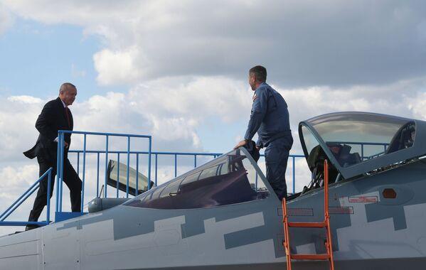 Президент Турции Реджеп Тайип Эрдоган осматривает российский многофункциональный истребитель Су-57 во время посещения салона МАКС-2019 - Sputnik Латвия