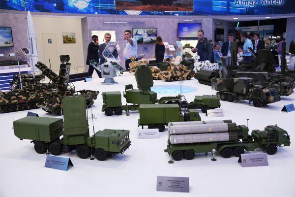 Макеты вооружения на стенде концерна Алмаз-Антей на авиасалоне МАКС-2019 - Sputnik Латвия