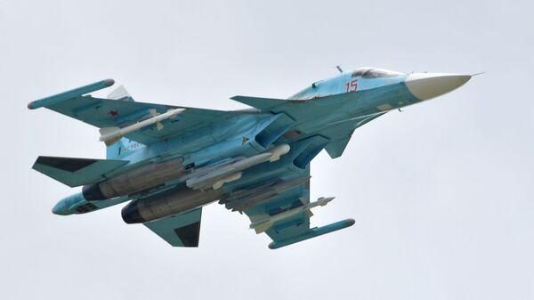 Российский многоцелевой истребитель-бомбардировщик Су-34 выполняет демонстрационный полет на авиасалоне МАКС-2019  - Sputnik Latvija