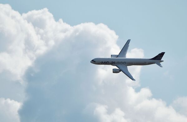 Российский среднемагистральный пассажирский самолёт МС-21-300 совершает полет на Международном авиационно-космическом салоне МАКС-2019 в подмосковном Жуковском - Sputnik Латвия