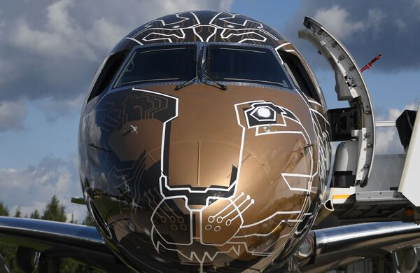 Самолет бразильской компании Embraer 195-E2 Profit Hunter на Международном авиационно-космическом салоне МАКС-2019 в подмосковном Жуковском - Sputnik Латвия