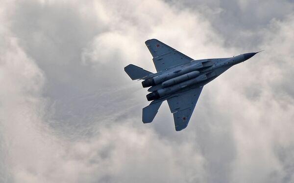 Российский многофункциональный фронтовой истребитель МиГ-35 совершает полет на Международном авиационно-космическом салоне МАКС-2019 в подмосковном Жуковском - Sputnik Латвия