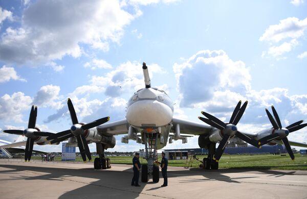 Советский стратегический ракетоносец Ту-95МС на Международном авиационно-космическом салоне МАКС-2019 в подмосковном Жуковском - Sputnik Латвия