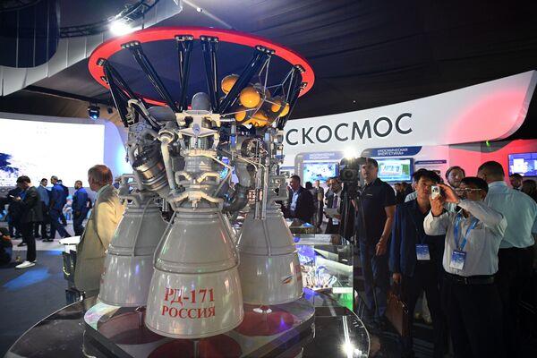 Российский жидкостный ракетный двигатель закрытого цикла РД-171 на Международном авиационно-космическом салоне МАКС-2019 в подмосковном Жуковском - Sputnik Латвия