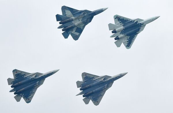 Российские многофункциональные истребители пятого поколения Су-57 выполняют демонстрационный полет на Международном авиационно-космическом салоне МАКС-2019 в подмосковном Жуковском - Sputnik Латвия