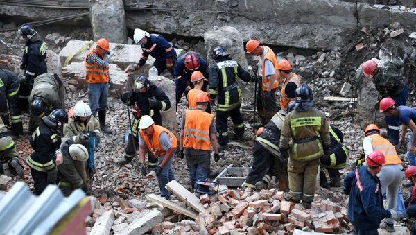 В Новосибирске на рабочих обрушилась стена строящегося здания - Sputnik Латвия