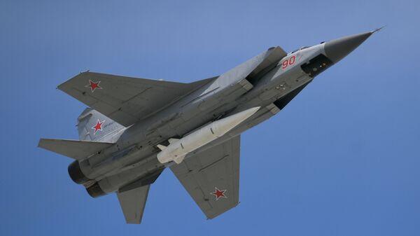 Многоцелевой истребитель МиГ-31 с гиперзвуковой ракетой Кинжал - Sputnik Латвия