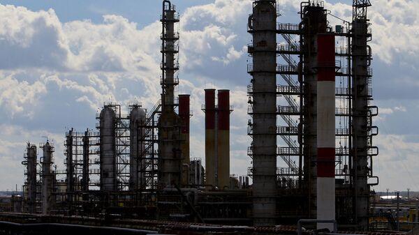 Нефтеперерабатывающий завод Нафтан в Новополоцке - Sputnik Latvija