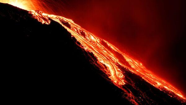 Лава течет из вулкана Стромболи на следующий день после извержения - Sputnik Латвия
