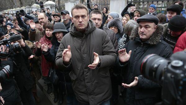 Политик Алексей Навальный у здания Замоскворецкого суда Москвы - Sputnik Latvija
