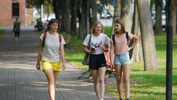 Подростки идут по парку в Даугавпилсе - Sputnik Латвия